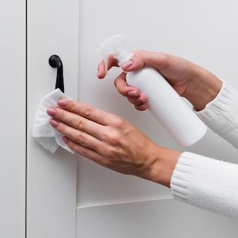 Handen desinfecteren meubelgrepen