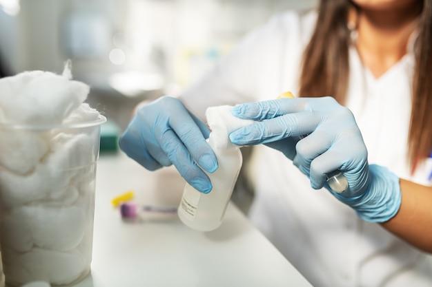 Handen die besmettelijk virus testen