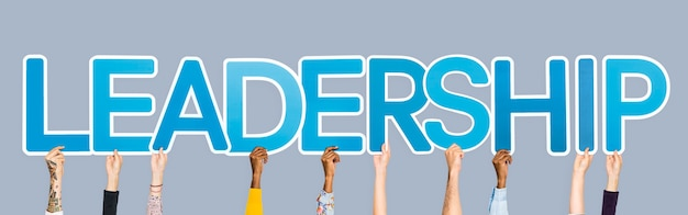 Handen die blauwe brieven steunen die de woordleiding vormen