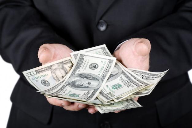 Handen die dollars houden die op wit worden geïsoleerd