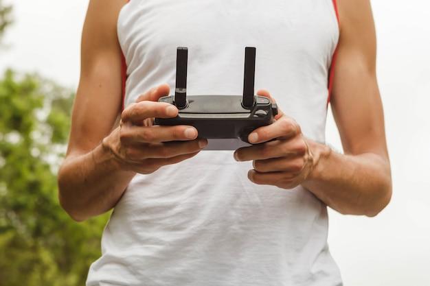 Handen die een camera van de afstandsbedieninghommel houden