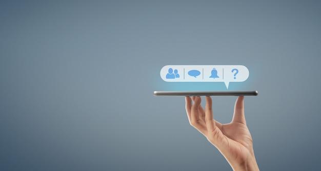 Handen die een de computergadget van de tabletaanraking met het geïsoleerde scherm houden