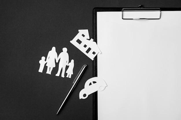 Handen die een gezin beschermen; symbool van levensverzekeringen op zwarte achtergrond
