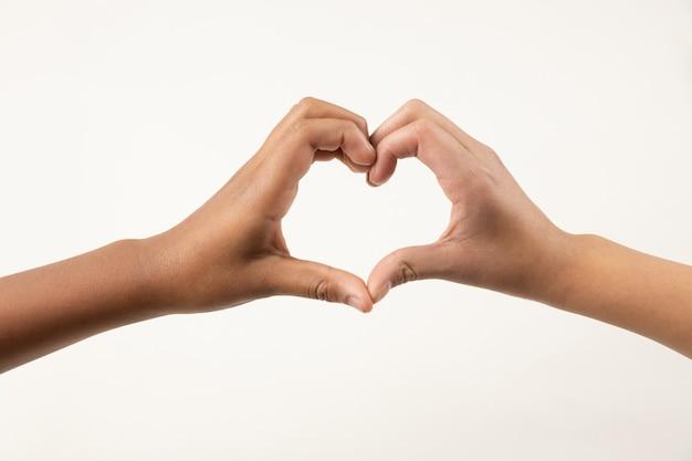 Handen die een hart maken ondertekenen met hun handen