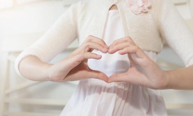 Handen die een hartvorm maken. valentijnsdag.