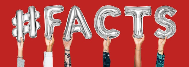 Handen die #facts woord in ballonbrieven houden