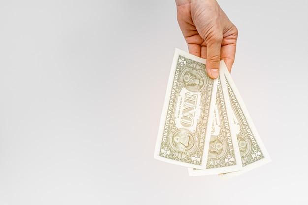 Handen die geld op wit geven.