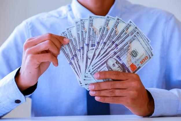 Handen die geld tellen - de dollars van de verenigde staten (usd) bankbiljetten.