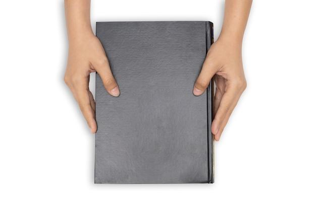 Handen die gesloten boek met zwarte lege dekking op witte achtergrond houden