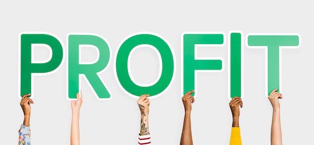Handen die groene brieven steunen die de woordwinst vormen