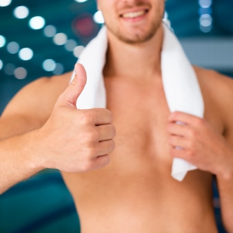 Handen die handdoek houden en ok teken tonen