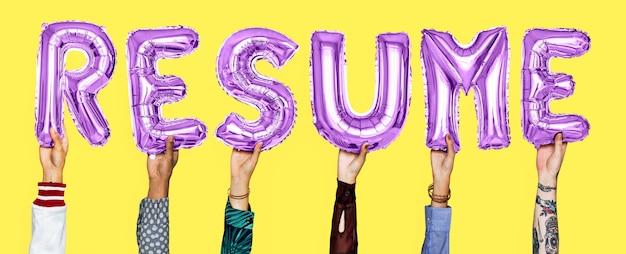 Handen die hervat woord in ballonbrieven houden
