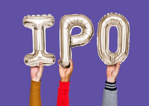 Handen die ipo-woord in ballonbrieven houden