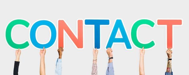 Handen die kleurrijke brieven steunen die het woordcontact vormen