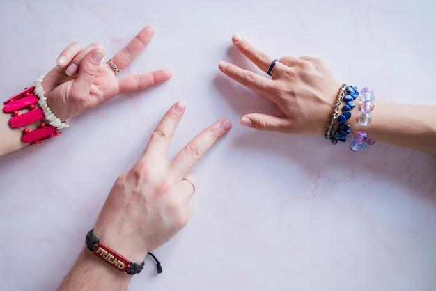Handen die vredesteken maken