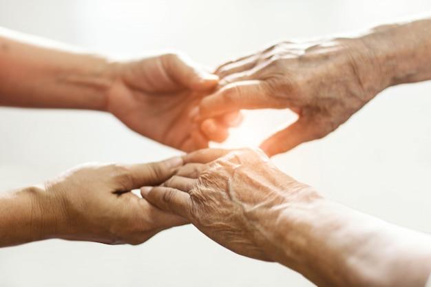 Handen elkaar raken