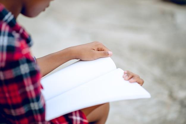 Handen en boeken lezen studie naar kennis de kinderen zijn moeilijk te lezen. educatieve ideeën