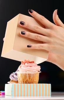 Handen en cupcake