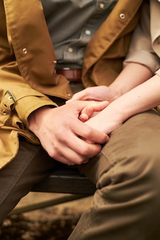 Handen en harten samen. close-up van het houden van van paarholdingshanden terwijl het lopen