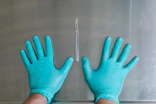 Handen en medische instrumenten. plastische chirurgie