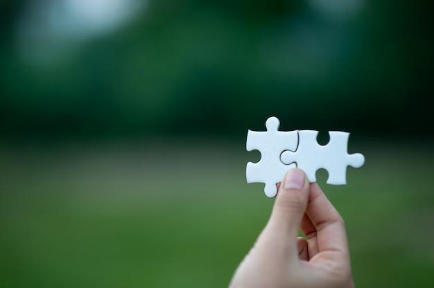 Handen en puzzels, belangrijke stukjes teamwerk teamwork concept