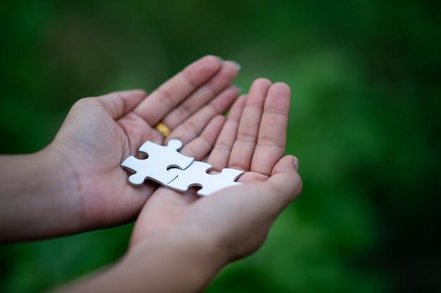 Handen en puzzels, belangrijke stukjes teamwork teamwork-concept