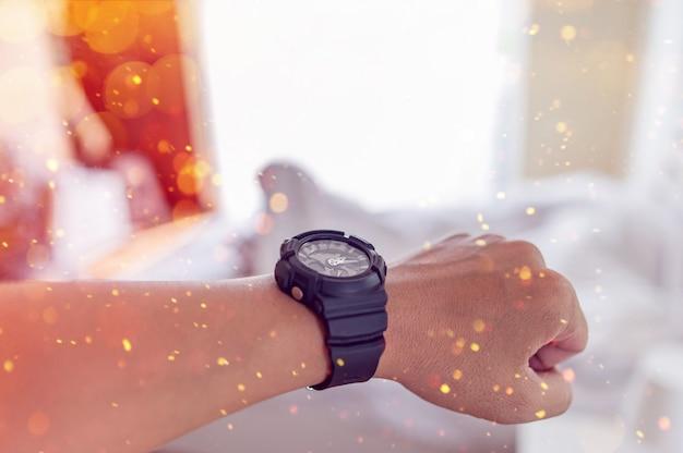 Handen en zwarte horloges van jonge mannen