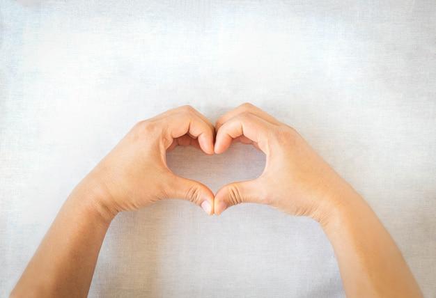 Handen gebaar hartvorm. concept voor liefde, hulp, vriendelijkheid, doneren, donor, hartgezondheid.