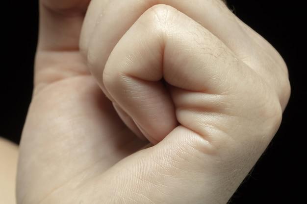 Handen. gedetailleerde textuur van de menselijke huid. close-up shot van jonge blanke vrouwelijk lichaam.