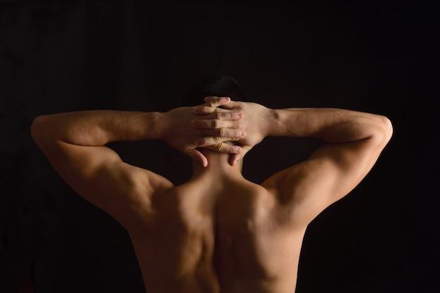 Handen gekruist in de nek, foto op de achterkant