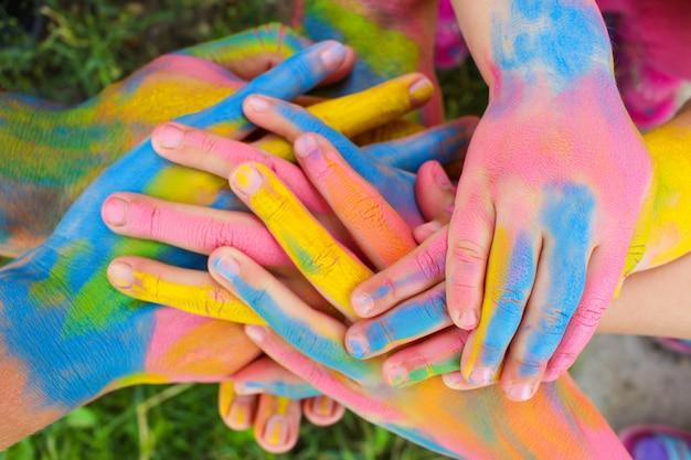 Handen geschilderd in verschillende kleuren. concept van liefde, vriendschap, geluk in familie.