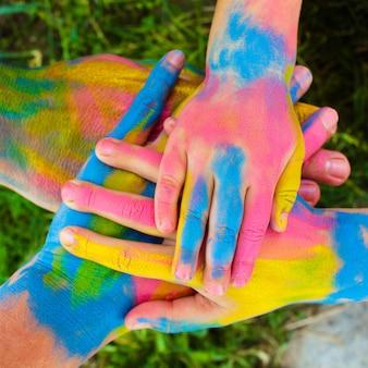 Handen geschilderd in verschillende kleuren.