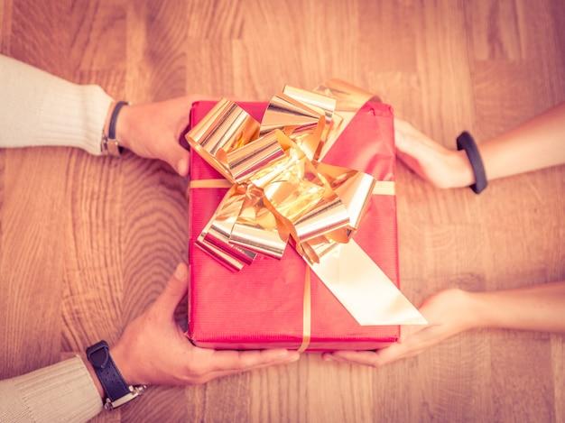 Handen geven en ontvangen van een kerstcadeau