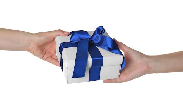 Handen geven en ontvangen van geschenkdoos