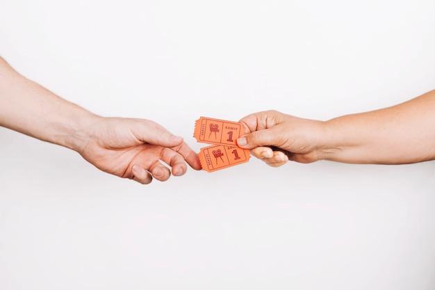 Handen geven kaartjes aan klant