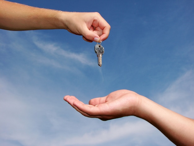 Handen geven sleutels