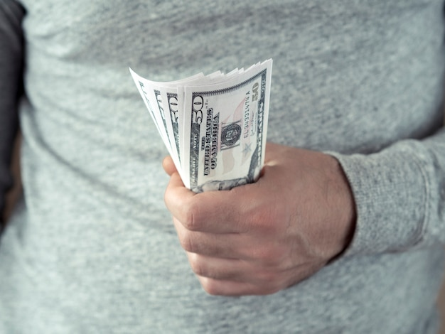 Handen houden dollars vast