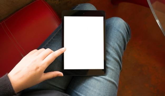 Handen houden en aanraken op digitale tablet met geïsoleerde witte scherm achtergrond ontspannen cafe concept.