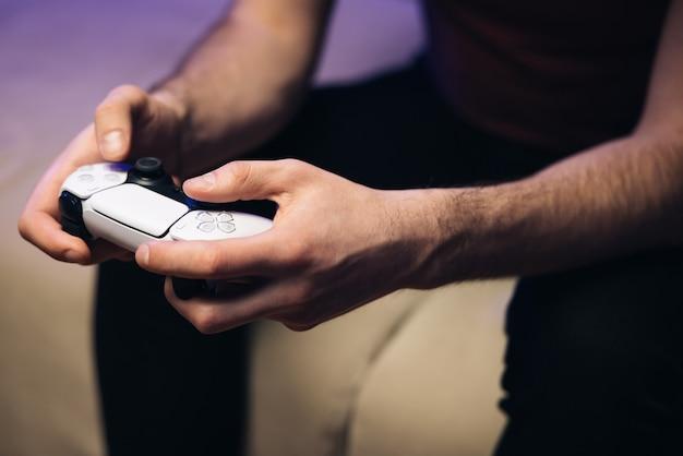 Handen houden nieuwe joystick gamer speelgame