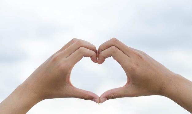 Handen in de vorm van een hart