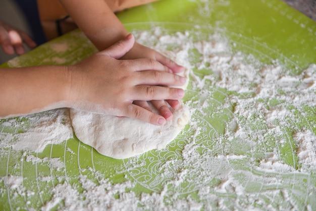 Handen kneden het deeg zelfgemaakt gebak voor brood of pizza bakkerij