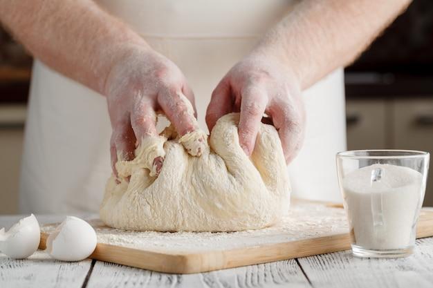 Handen kneden van deeg