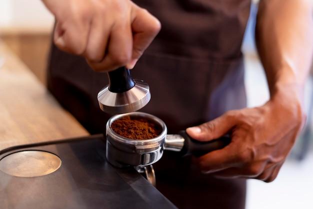 Handen maken van koffie close-up