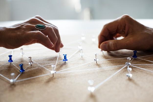 Handen met aansluitende pin-netwerk