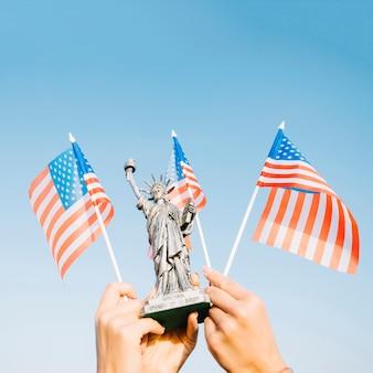 Handen met amerikaanse vlaggen