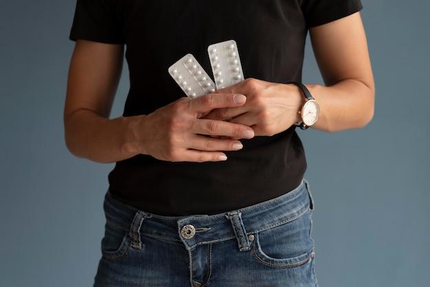 Handen met anticonceptiemiddel close-up