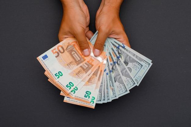 Handen met bankbiljetten.
