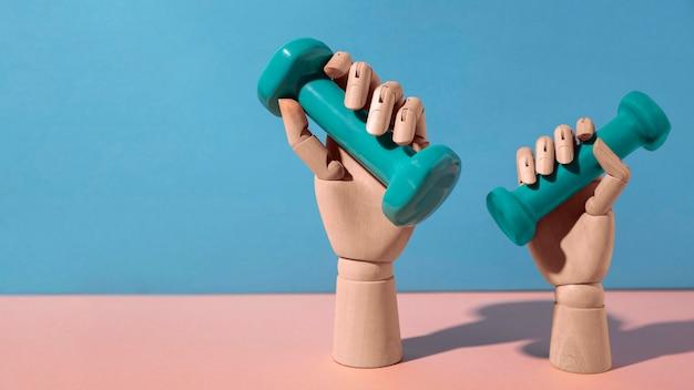 Handen met blauwe halters stilleven