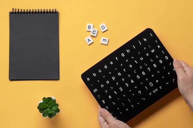 Handen met braille-alfabet toetsenbord