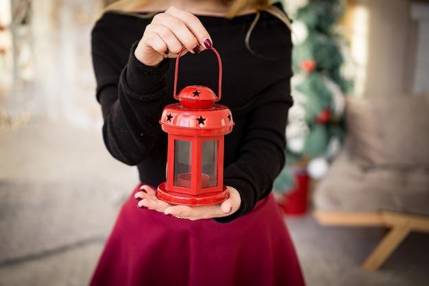 Handen met cadeaukaars voor kerstmis en nieuwjaar, rood groen, zwangerschapsverrassing